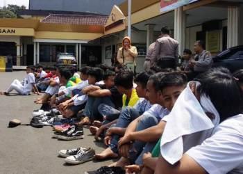 Puluhan pelajar Kota Sukabumi diamankan  di Mapolres Sukabumi Kota. Foto: dara.co.id/Riri