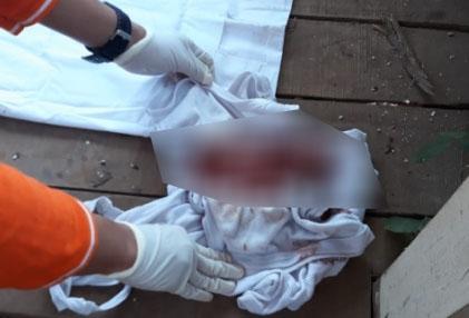 Bungkusan bayi ditemukan di Pos Kamling di Tanjungsari (Foto: galamedianews)