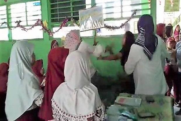 Inilah foto pengeroyokan yang dialami Bu Guru Astiah (Foto: sindonews)