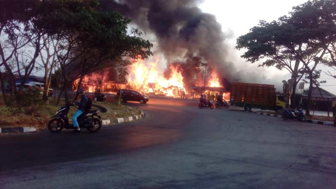 Lima Kios di Jalan Raya Bandung - Garut kebakaran. Seorang anak tewas (Foto: teten)