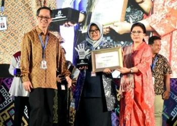 Ketua P2TP2A Kabupaten Bandung, Jawa Barat, H. Kurnia Agustina Dadang M. Naser, saat menerima penghargaan dari (KPPPA RI. Foto: Humas Pemkab Bdg,