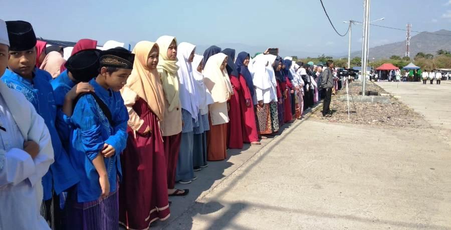 Para santri dari berbagai pesantren di Kabupaten Garut mengikuti upacara peringatan Hari Santri Nasional di SOR Ciateul, Kecamatan Tarogong Kidul, Selasa (22/10/2019). Foto: dara.co.id/Beni