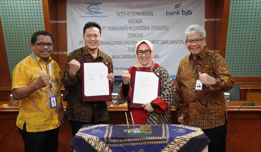 "MoU bank bjb dengan PT Perinus sokong program ""Jabar Go to East"" yang dicanangkan Pemprov Jawa Barat. MoU ditandatangi oleh Direktur Konsumer dan Ritel bank bjb, Suartini, dan Direktur Keuangan, SDM dan Umum Perinus, Henda Tri Retnadi, di Menara bank bjb, Kota Bandung, Jumat (11/10/2019). Foto: Humas bank bjb"