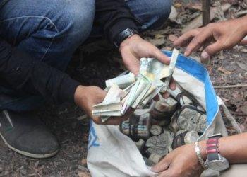 Polres Blitar Kota mengungkap uang di dalam karung milik jenazah perempuan tanpa identitas diikat karet gelang cukup rapi sesuai pecahannya. (Foto: istimewa/suara.com),.