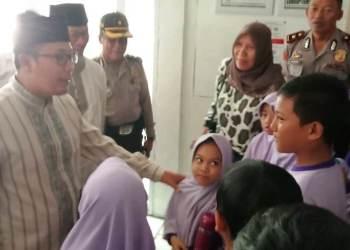 Kabag Ops Polres Sukabumi Kota, AKP Suryo Wirawan, berbincang bersama sejumlah siswa teman korban di RSUD R Syamsudin SH. Foto: dara.co.id/Riri