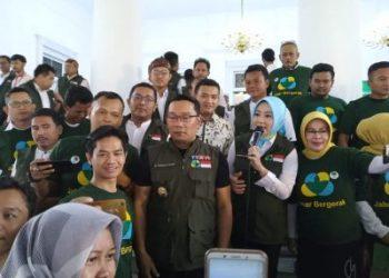 Ridwan Kamil Berfoto bersama pengurus Jabar Bergerak Kota dan Kabupaten. Foto : Ardian Resco/dara.co.id