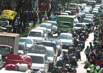Kemacetan di Jalan Raya Bandung-Garut tepatnya di kawasan PT Kahatex, Kecamatan Cimanggung, Kabupaten Sumedang, Jawa Barat, beberapa waktu lalu. Foto Ilustrasi: sindonews.com