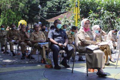 Beginilah suasana di lokasi Rapat Gugus Tugas Percepatan Penanganan Covid-19 di Halaman Rumah Jabatannya di Soreang, Selasa (31/3/2020). Para pejabat Organisasi Perangkat Daerah (OPD) duduk berjejer rapi seraya mendengarkan arahan Bupati dan unsur Forum Musyawarah Pemimpin Daerah lainnya. (Foto : Humas Kabupaten Bandung)