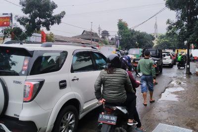 Kondisi kepadatan arus lalu lintas di Jalan Astana Anyar tepatnya sekitar Pasar Astana Anyar, Kota Bandung, Jawa Barat, Selasa (21/4/2020). (Foto: Muhammad Zein/dara.co.id)
