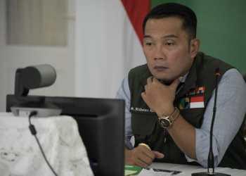 Ridwan Kamil saat melakukan Video conference dengan Bupati dan Walikota di Gedung Pakuan (Foto: Humas Pemprov Jabar)