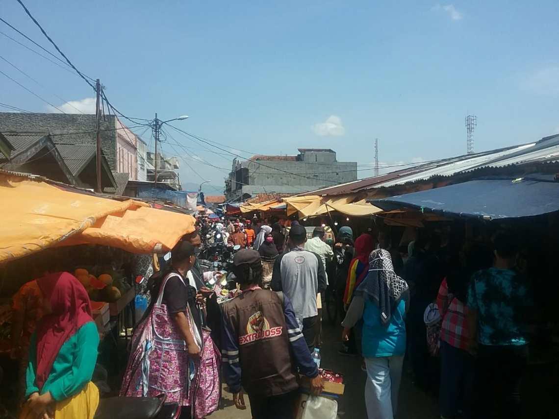 Pasar Soreang Kabupaten Bandung dipadati pembeli (Foto: Verawati/dara.co.id)