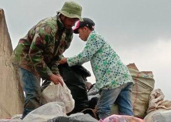 Bagi para pemulung bau menyengat sampah bukan sesuatu yang buruk. Namun karena ini satu-satunya pekerjaan yang bisa menghidupi anak bini, ia lakukan saja dengan sepenuh hati.(Foto : Heni Suhaeni/dara.co.id)