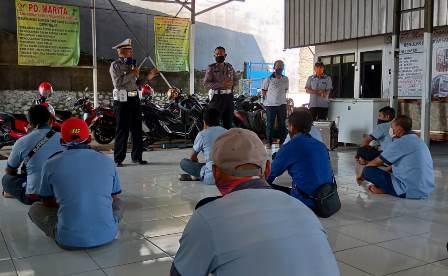 Kanit Dikyasa, Polres Cianjur Ipda Budi Setiayuda memberikan materi pada puluhan Awak Bus Penerima Insentif Keselamatan pada  Pelatihan Pencegahan Covid-19, Sabtu (18/4/2020). (Foto : purwanda/dara.co.id)