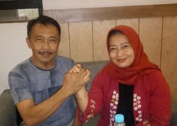 Ketua DPD PAN Kabupaten Bandung, Irman Wargadinata berjabat tangan dengan bakal calon Bupati Bandung dari PDIP, Yena Iskandar Ma'soem. (Foto: Istimewa)