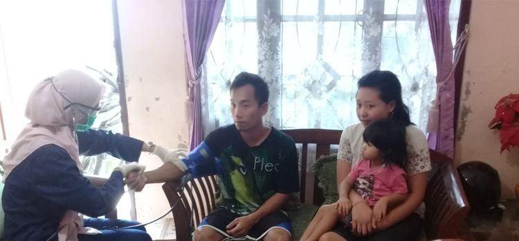 Wawan beserta istri dan anaknya saat mendapat pelayanan pengecekan kesehatan dari  pihak Kecamatan Arcamanik, Kota Bandung, Jawa Barat Sabtu (2/5/2020) (Foto : Dok Kecamatan Arcamanik).