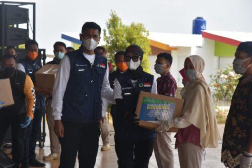 Kapolda Jabar Irjen Pol Drs. Rudy Sufahriadi, menyerahkan bansos secara simbolis kepada perwakilan lembaga sosial di Cirebon.