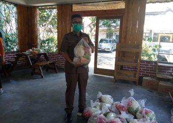 Kepala Dinas Pertanian Kabupaten Bandung Tisna Umaran  memegang paket sayur murah untuk dijual ke masyarakat, Senin (14/9/2020). (Foto : verawati/dara.co.id)