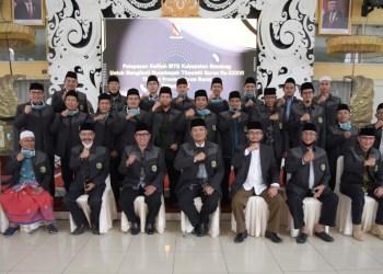 Bupati Bandung Hm Dadang Naser berfoto bersama dengan Kafilah  Musabaqah Tilawatil Qur'an (MTQ) ke XXXVI Tingkat Provinsi Jawa Barat (Jabar) Tahun 2020. Dalam MTQ tersebut Kabupaten Bandung hanya menjadi juara II. (Foto : Humas Pemkab Bandung)