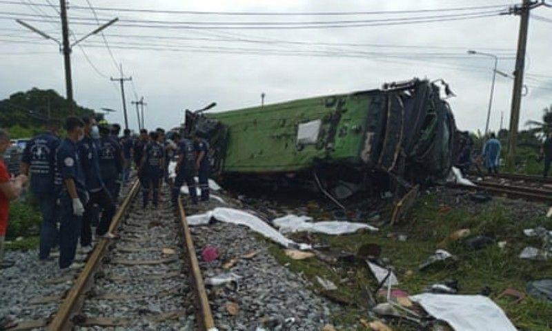 Kecelakaan antara kereta barang dan bus terjadi di Thailand pada Minggu (11/10/2020) pagi hingga menewaskan sedikitnya 20 orang dan lebih dari 40 luka-luka. (Foto : pikiranrakyat)