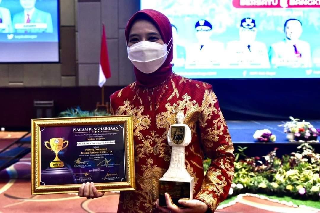 Wakil Ketua DPRD Jawa Barat Ineu Purwadewi Sundari mendapat penghargaan Woman Expo KNPI Jabar 2020 (Foto: Istimewa)