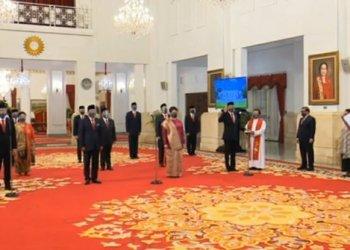 Presiden Jokowi melantik 12 Duta Besar Luar Biasa dan Berkuasa Penuh (LBBP) di Istana Negara, Senin (26/10/20210). Pelantikan dilakukan dengan menerapkan protokol kesehatan.(Foto : merdeka.com)