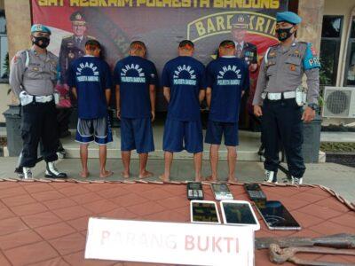 Empat orang pelaku aksi kejahatan dihadirkan saat Polresta Bandung gelar perkara di Mapolresta Bandung, Senin (30/11/2020). (Foto :  Verawati/dara.co.id)