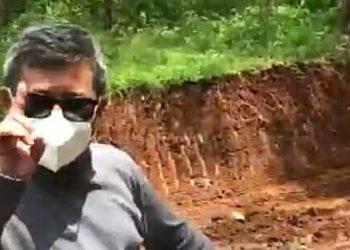 -Bupati Garut, Rudy Gunawan, saat melakukan peninjauan pembangunan jalan lintas di Kampung Tangoli, Desa Mekarmukti, Kecamatan Cibalong, Kabupaten Garut