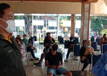 Camat Baleendah, Rusli Baijuri mendengar penjelasan dari petugas kesehatan saat pelaksanaan rapid test bagi anggota KPPS. Kamis (26/11/2020). (Foto : istimewa)