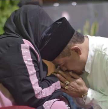 Calon Wakil Bupati Bandung, Usman Sayogi sungkem ke ibunda tercinta sehari sebelum pencoblosan (Foto: Verawati/dara.co.id)