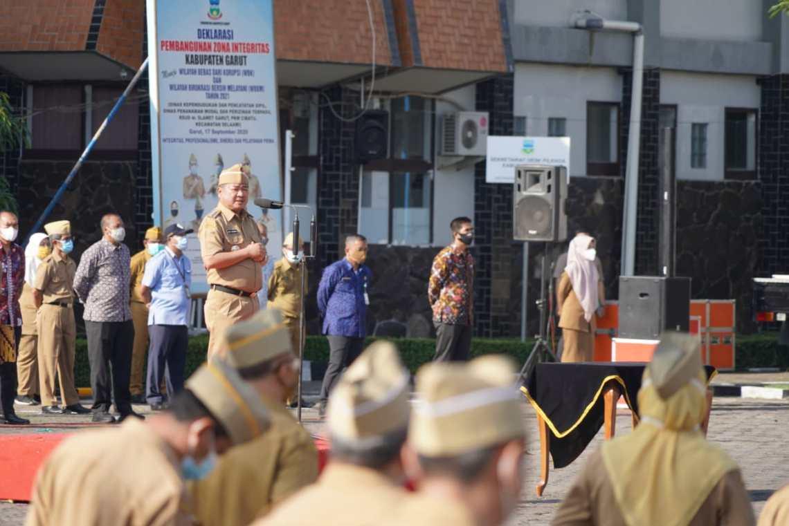 Bupati Garut, Rudy Gunawan, melantik 34 pejabat fungsional yang dilaksanakan dalam apel gabungan di Lapangan Setda Garut, Jalan Pembangunan, Kabupaten Garut (Foto: Andre/dara.co.id)