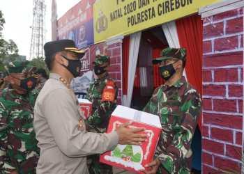 Kapolresta Cirebon dan Dandim 0620/Kabupaten Cirebon Berikan Bingkisan untuk Personel yang Merayakan Natal (Foto: Bambang Setiawan/dara.co.id)