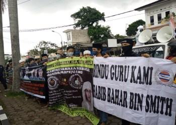 Ratusan anggota FPI gelar demo tuntut pembebasan HRS (Foto: Verawati/dara.co.id)
