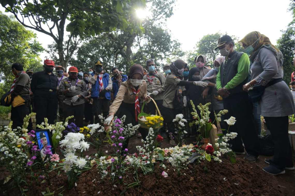 Ketua Kwarda Jawa Barat Melaksanakan Tabur Bunga di Makam Almarhum Dadang Kusnadi, Sabtu 16 Januari 2020 (foto, doc Pusinfo Kwarda Pramuka Jabar)