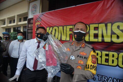 Kapolres Cirebon Kota AKBP Imron Ermawan menunjukkan barang bukti yang disita dari pelaku pembunuhan.