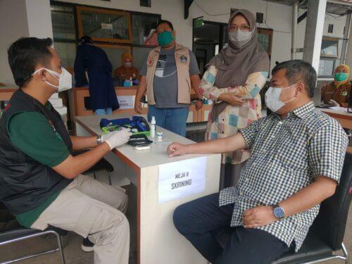 Bupati Garut, Rudy Gunawan, mengikuti kegiatan vaksinasi Covid-19 (Foto: Andre/dara.co.id)