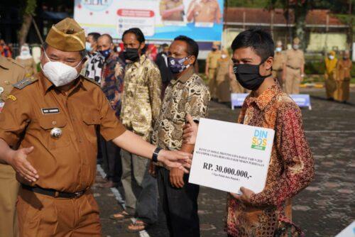 Bupati Garut, Rudy Gunawan, menyerahkan bantuan sosial Provinsi Jawa Barat tahun 2020 kepada Kelompok Usaha Bersama Fakir Miskin, di Lapangan Setda Garut (Foto: Andre/dara.co.id)