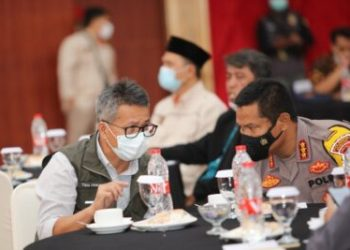 Pelaksana Harian (Plh) Bupati Bandung A. Tisna Umaran berbincang dengan Kapolresta Bandung, Kombes Pol Hendra Kurniawan pada acara Evaluasi Penyelenggaraan Pilkada 2020 pada Badan Adhoc Kabupaten Bandung di Sutan Raja Hotel Soreang, Jumat (26/2/2021).(Foto : Humas Kabupaten Bandung)