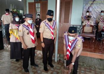Ketua Harian Kwarda Gerakan Pramuka Jabar Denny Rudiana Ngatimin didampingi Ketua Kwarcab Pramuka KBB mencabut kapak sebagai tanda penutupan KML ke-IV (Foto: Istimewa)