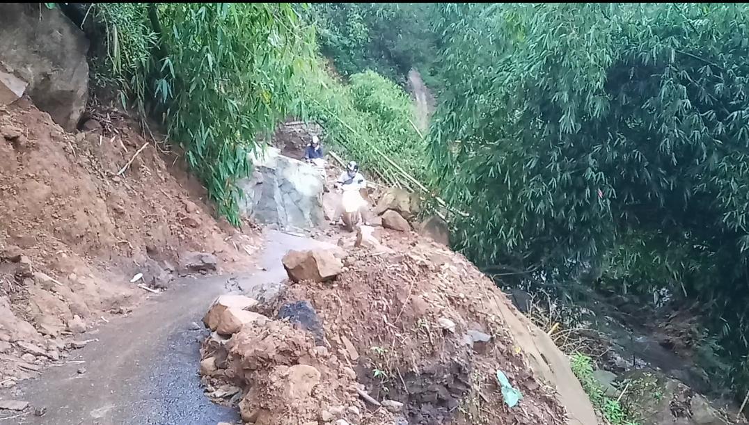 Kondisi jalan menuju lokasi wisata Lembah Panyaweuyan dari Argapura (Foto : Ardian/dara.co.id)