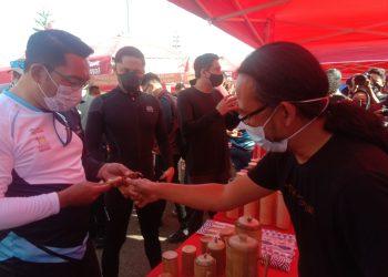 Gubernur Jabar Ridwan Kamil, Wabup Bandung Barat Hengki Kurniawab, Wabup Indramayu Lucky Hakim melihat produk arloji dengan desain bambu, produk Virageawie, Minggu (14/3/2021). (Foto : heni/dara.co.id)