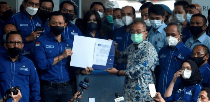 AHY menyerahkan dokumen yang dinilai bisa membuktikan KLB di Sumut ilegal (Foto:Ari Saputra/detikcom)