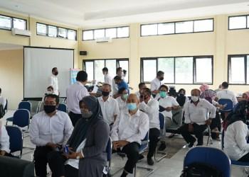 Kegiatan vaksinasi tahap pertama untuk 163 pegawai di Kantor Dinas Pendidikan (Disdik) Kabupaten Garut, Jalan Pembangunan, Kecamatan Tarogong Kidul, Rabu (3/3/2021). (Foto : andre/dara.co.id)
