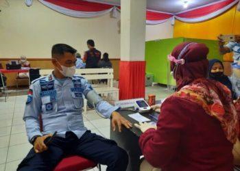 Lapas Kelas IIB Garut saat melaksanakan vaksinasi tahap dua di Aula Lapas Kelas IIB Garut, Jalan KH. Hasan Arif, Kecamatan Banyuresmi, Kabupaten Garut, Kamis (18/3/2021) (Foto: Andre/dara.co.id)
