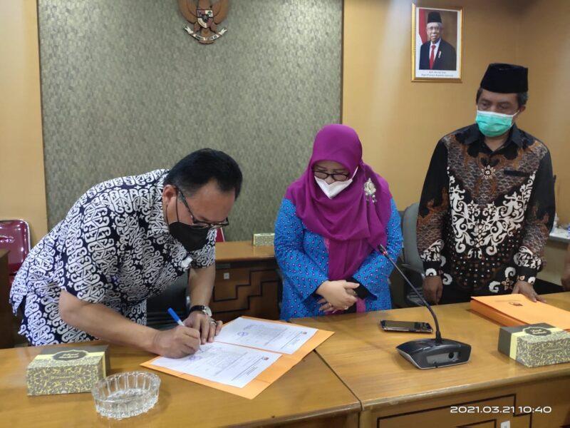 Pj Sekretaris Dewan, Erick Yuriara menandatangi tanda terima Berita Acara dan SK Penetapan pasangan calon terpilih Bupati dan Wakil Bupati Bandung, Minggu (21/3/2021). Penandatangan disaksikan Komisioner KPU Hj Siti Holisoh dan Supriatna. (Foto : ist)