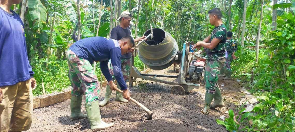 TNI melalui program TMMD membangun jalan sepanjang lebih dari 3,6 kilometer yang nantinya bisa menghubungkan ke beberapa dusun dan kampung, seperti Gunung Kula Sangkub dan Cilutung, Kabupaten Sumedang. (Foto: Penrem 062Tn)