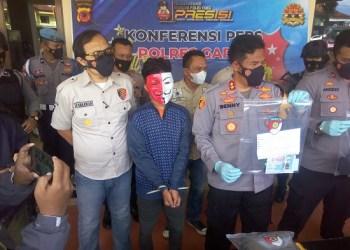 Kapolres Garut, AKBP Adi Benny Cahyono, menunjukan barang bukti dan tersangka di Mapolres Garut (Foto: Istimewa)