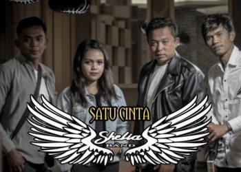 Para personal Shelia Band bersama Dinda Silvia. (Dok. Istimewa)