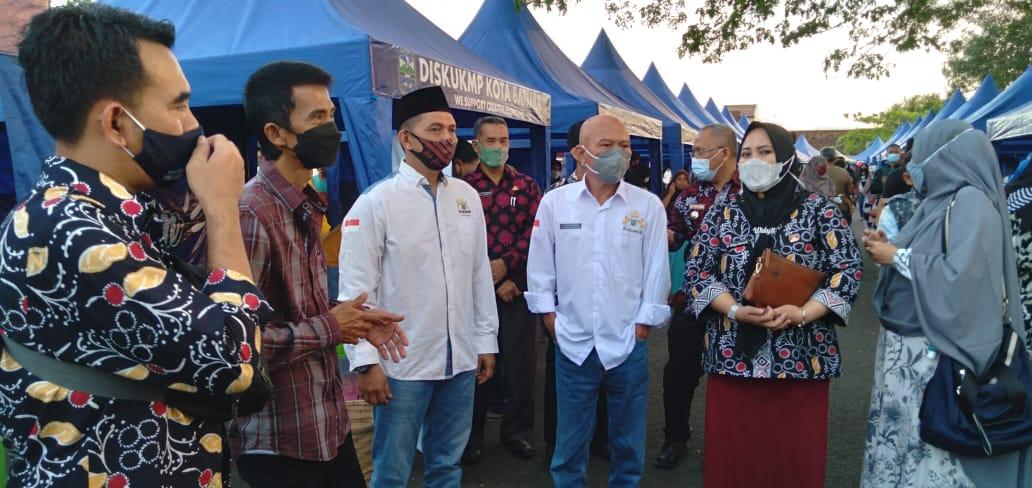Wakil Wali Kota Banjar  Nana Suryana (kedua kiri) saat meninjau Pasar Takjil. (Foto : Istimewa)