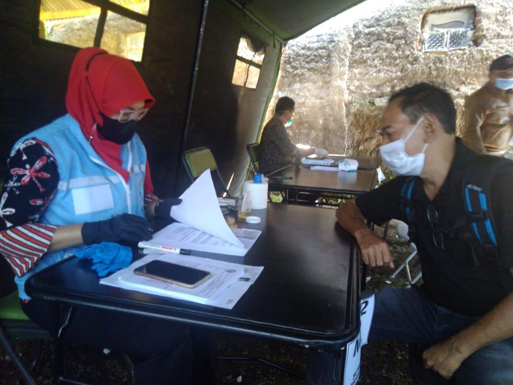 Salah seorag balon kades, Ahmad Sadli (48) dites urin di BNN Kab. Garut, Jalan Patriot, Kecamatan Tarogong Kidul, Kabupaten Garut (Foto: Andre/dara.co.id)