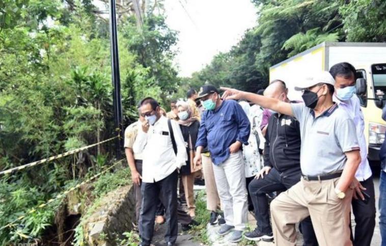 Pimpinan dan Anggota Komisi IV DPRD Provinsi Jawa Barat saat meninjau lokasi longsor di Cisarua, Kabupaten Bandung Barat (Foto: Humas DPRD Jabar/ Farhat Mumtaz)